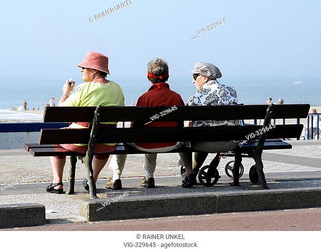 NIEDERLANDE , HOLLAND : Rentnerinnen auf einer Bank in Scheveningen NETHERLANDS : Pensioners in Scheveningen 12.09.2006   - Scheveningen, Niederlande