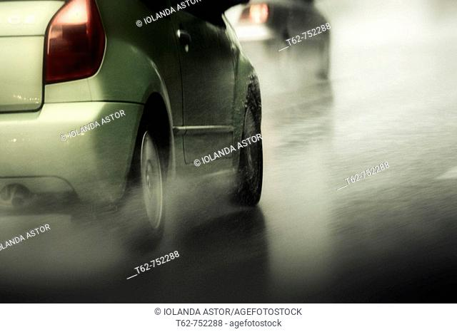 Coches transitando por la autopista bajo una intensa lluvia