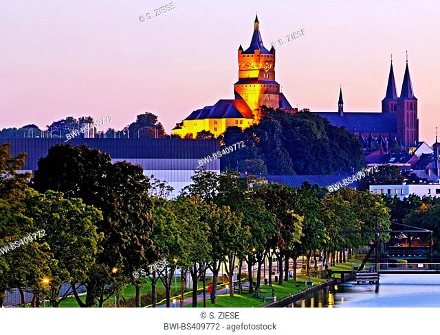 illuminated Schwanenburg with Stiftskirche and Spoy canal, Germany, North Rhine-Westphalia, Lower Rhine, Cleves