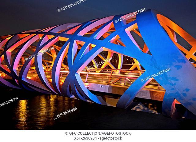 Light effects at the tube-shaped spatial structure of the Hans-Wilsdorf-bridge, Geneva, Switzerland