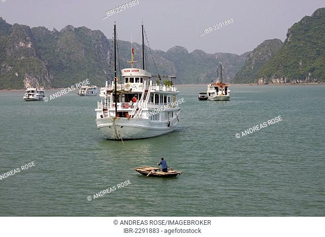Junk, excursion boat in Halong Bay, Vietnam, Asia