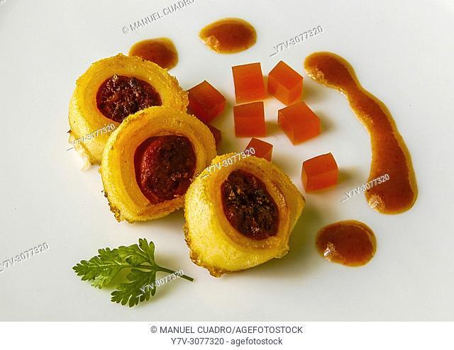 Pintxo de Callos de cordero rellenos de txistorra a la plancha con gelée de choriceros de Gernika y salsa bizkaina. Restaurante Zortxiko