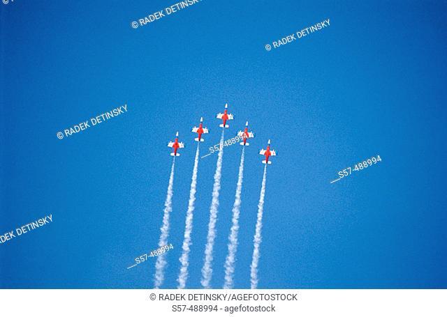 Five military aircrafts vapour trails