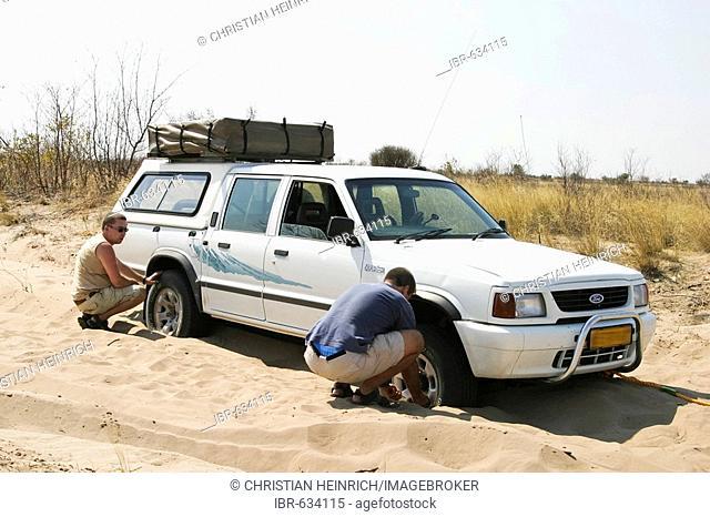 Broken 4x4 in deep Sand on the way to the Centralkalahari, Botswana, Africa