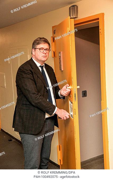 Director of the juvenile detention Center Berlin at Plötzensee Bill Borchert on a cell door. 22.01.2018 | usage worldwide