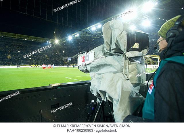 TV Kamera, Kameramann, Fernsehen, Montagsspiel, Montag, Feature, allgemein, Randmotiv, .Fussball 1. Bundesliga, 24. matchday
