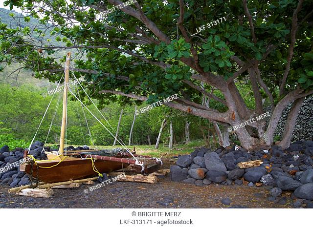Ship at Captain Cook monument at Kealakekua Bay, Big Island, Hawaii, USA, America