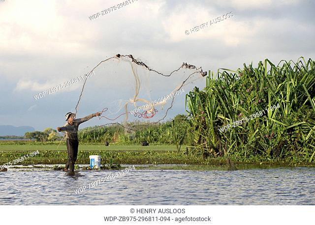 Thailand, Patthalung, Tale Noi, Fisherman with cast net
