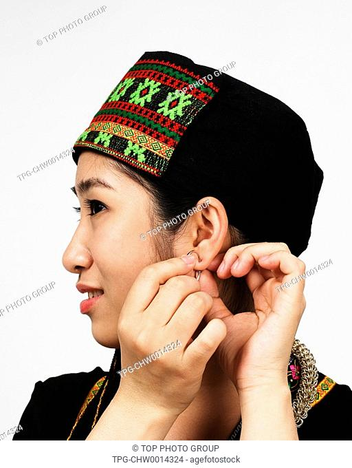 a woman of the li ethnic minority