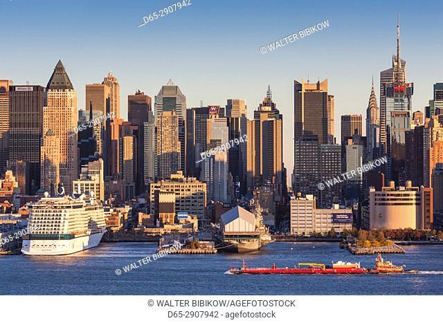 USA, New York, New York City, Manhattan skyline from Weehaken New Jersey, dusk