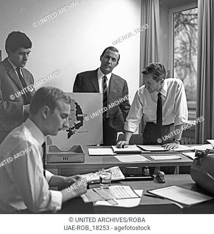 """Der deutsche Nachrichtensprecher Karl Heinz Köpcke (Mitte) in der Redaktion der """"""""Tagesschau"""""""" beim NDR in Hamburg, Deutschland 1960er Jahre"""