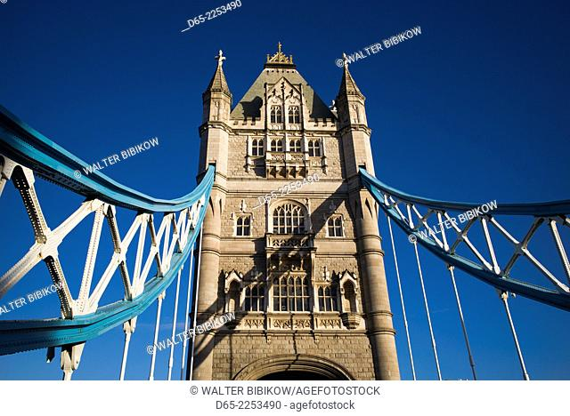 England, London, The City, Toer Bridge, morning