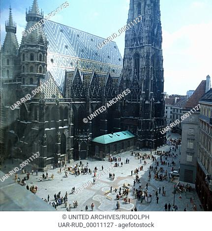 Der Stephansdom am Wiener Stephansplatz, Wien, Österreich 1980er Jahre. The St. Stephen's Cathedral on St. Stephen's Square in Vienna, Austria 1980s