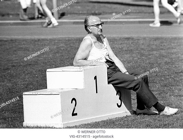 Seventies, black and white photo, people, recreational sport, health, fitness, fun run 1974 in Bottrop, older man relaxing on a victory podium
