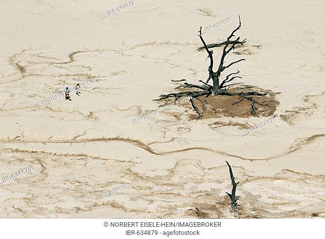 Trekking, Dead Vlei, Namib-Naukluft National Park, Namibia, Africa