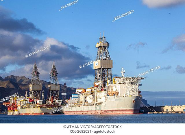 oil rig and ships in Santa Cruz de Tenerife city