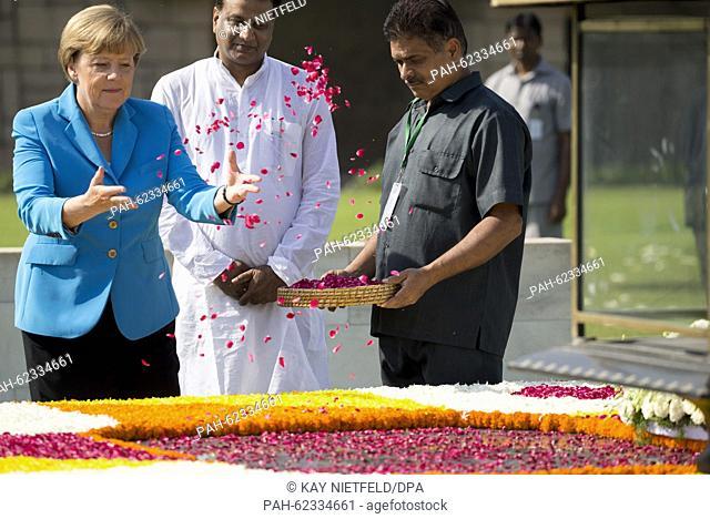 German Chancellor Angela Merkel (L) pays her tribute at the memorial to Indian independence hero Mahatma Gandhi in New Dehli, India, 05 October 2015