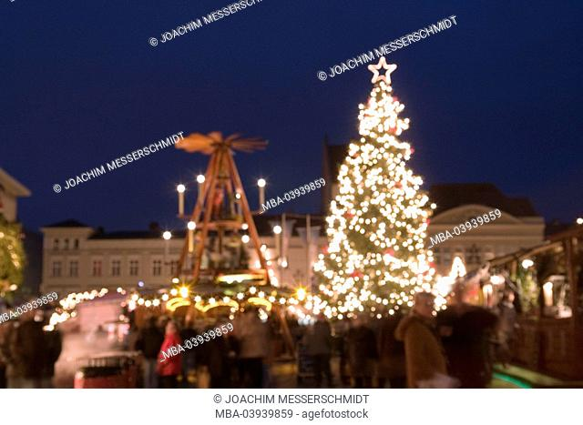 Germany, Berlin, spandau, christmas-market, evening, fuzziness, capital, market place, place, houses, buildings, market-stands, people, visitors, christmas-tree