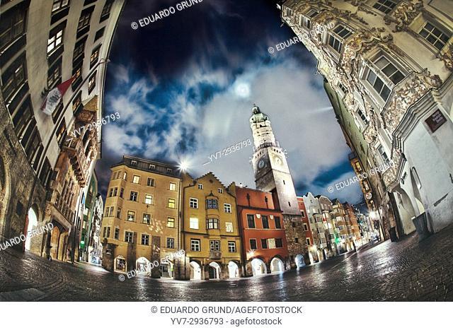 Vista nocturna del centro de Innsbruck de una de las plazas mas singulares del centro con su famoso Tejadillo de Oro