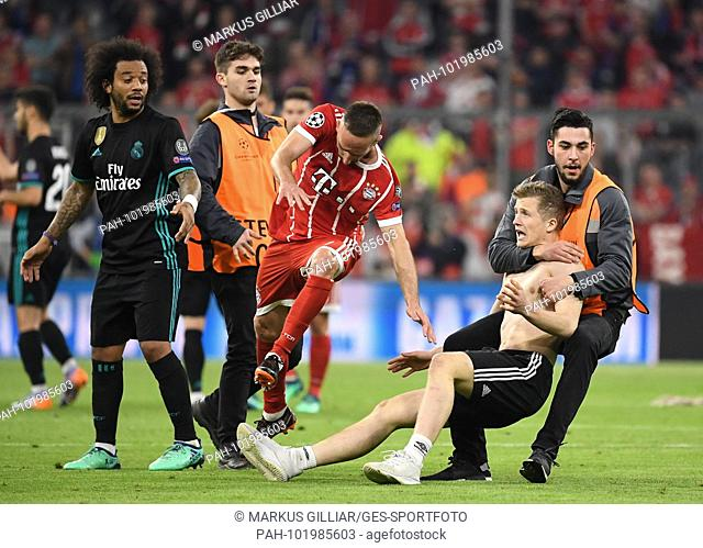 The stewards of the security service catch a runabout who ran into the stadium interior. Franck Ribery (FCB) and Marcelo (Real Madrid)