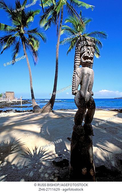 Wooden tiki at Pu'uhonua o Honaunau National Historic Park (City of Refuge), Kona Coast, The Big Island, Hawaii USA