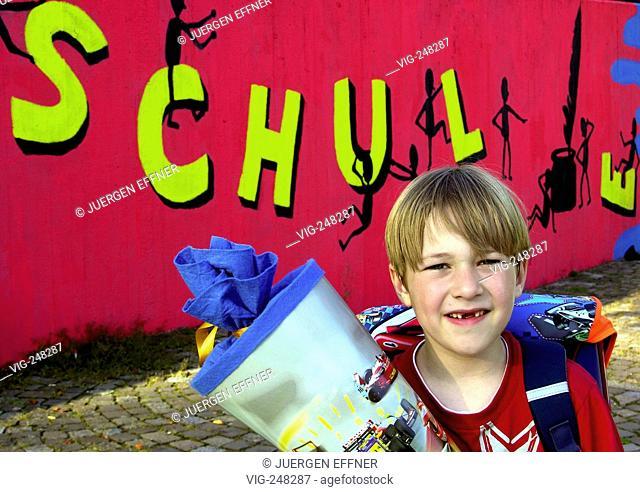 First-year pupil on the schoolyard.  - Filderstadt, Baden-W³rttemberg, GERMANY, 29/08/2005