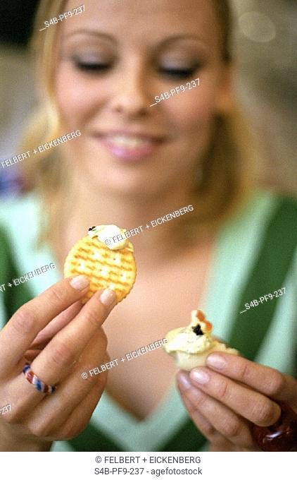 Junge Frau mit Kraecker - Feier , Young Woman with Cracker - Party ,  fully-released