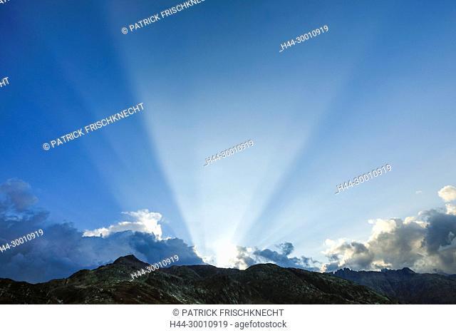 Sonnenstrahlen am blauen Himmel