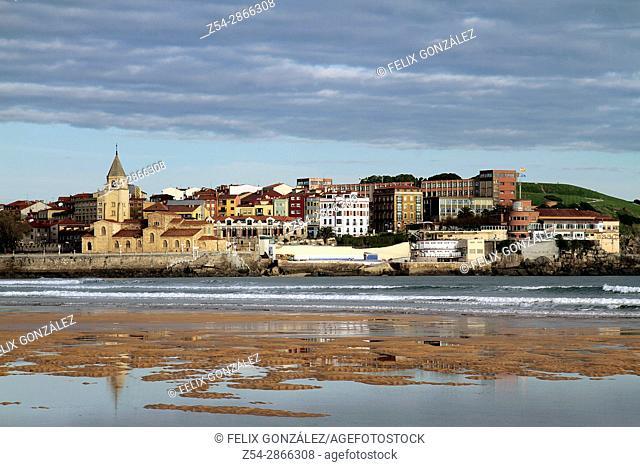 San Lorenzo beach, Gijon, Asturias, Spain