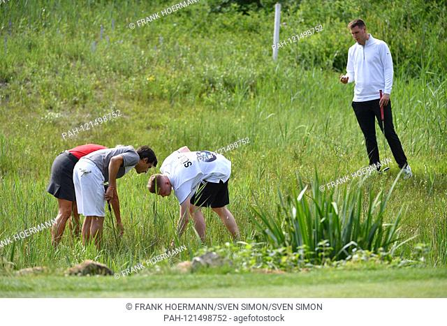 hi: Niklas SUELE (Bayern Munich), in front: Bruno SPENGLER and Caddy are looking for Ball.Golfball. ProAm, GOLF BMW International Open 2019 on 19.06