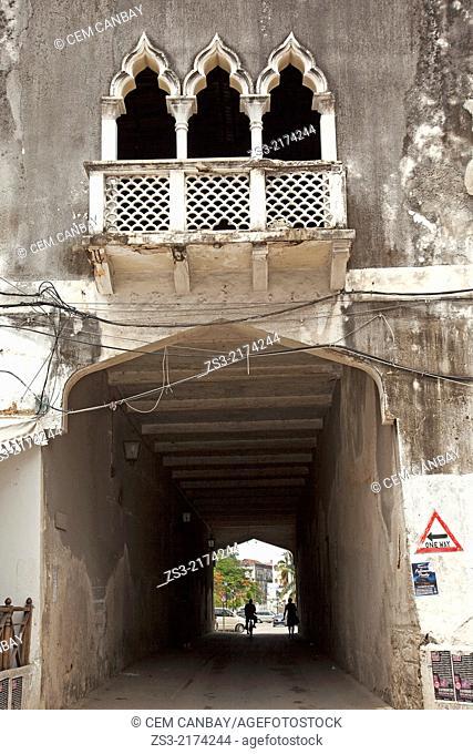 People passing throug a gateaway, Stone Town, Unguja Island, Zanzibar Archipelago, Tanzania, East Africa