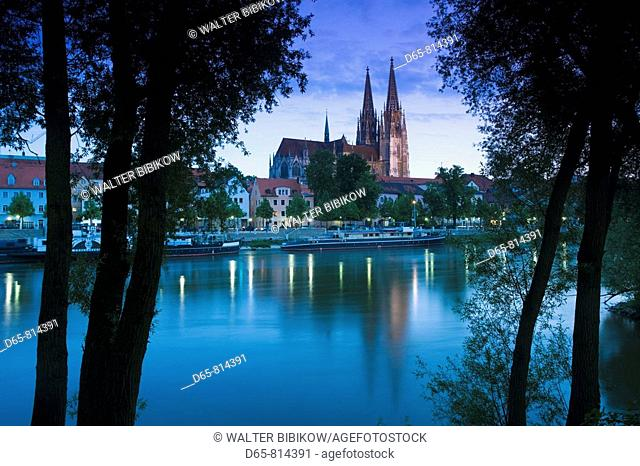 Dom St. Peter cathedral and town in the evening, Regensburg, Bavaria, Germany