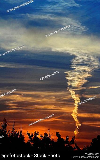 Kondensstreifen Sonnenuntergang