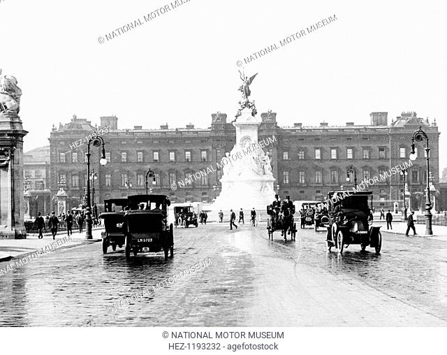 Buckingham Palace and the Mall, London, 1910. Traffic and pedestrians in front of the Victoria Monument
