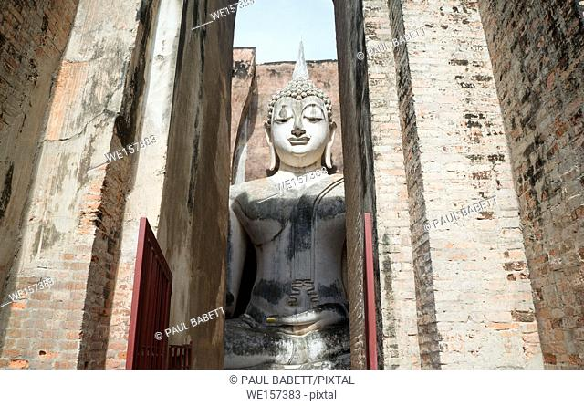 Visit to the first capital of the Thai-Kingdom, Sukhothai - Wat Sri Chum temple with sitting buddha Phra Atchana inside the chamber