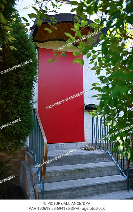 18 June 2019, Hessen, Kassel: View of the entrance to the residential building of Stephan E., suspect in the murder of the Kassel district president Walter...