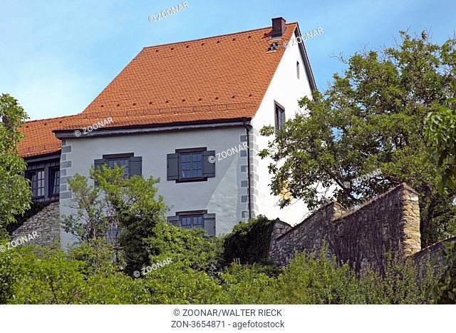 Auf diesem Hügel bei Aach im Hegau befinden sich noch umfangreiche Mauern der ehemaligen Burg. Heute befinden sich neben diesem und anderen mittelalterlichen...