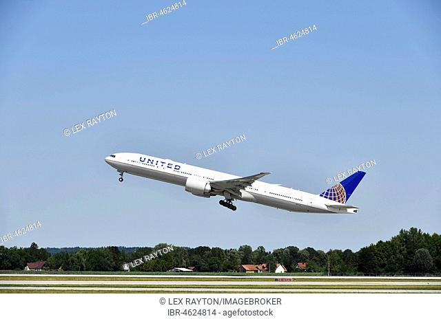 United Airlines during take-off, Boeing B777-222, Munich Airport, Bavaria, Germany