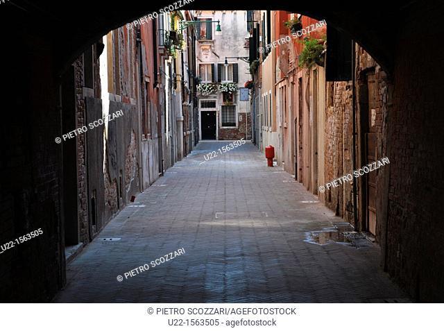 Venezia (Italy): a deserted alley