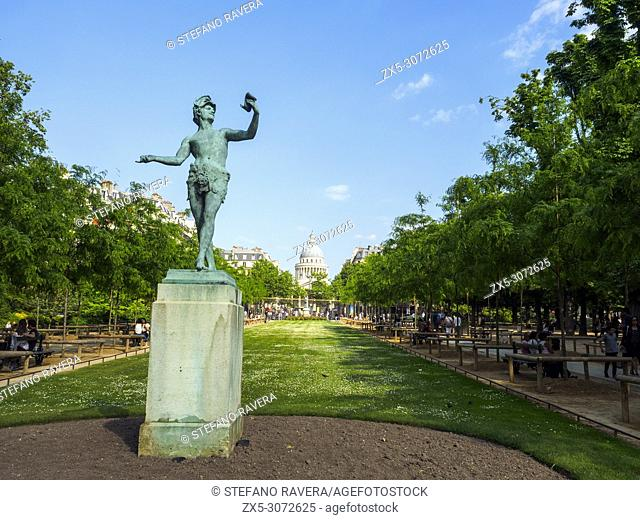 Greek Actor statue by Arthur Bourgeois (1838-1886) in the Luxembourg gardens with the Panthéon in the background - Paris, France