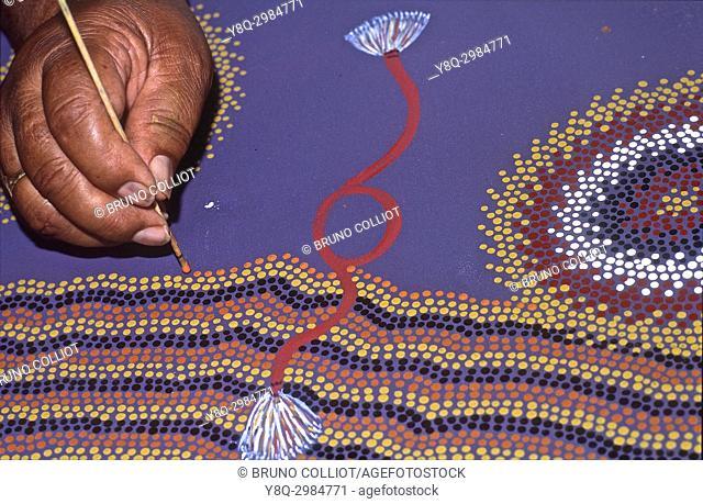 aboriginal painter at wallace rockhole, Northern territory, australia