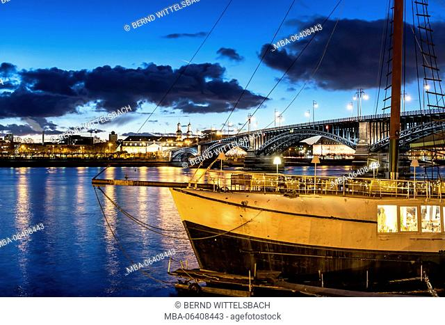 Mainz, Rhineland-Palatinate, Germany, Rheinpromenade (promenade) with Theodor Heuss bridge, parliament building and the event location sailing ship 'Pieter van...