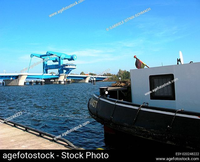 Boot und Peenebrücke in Wolgast