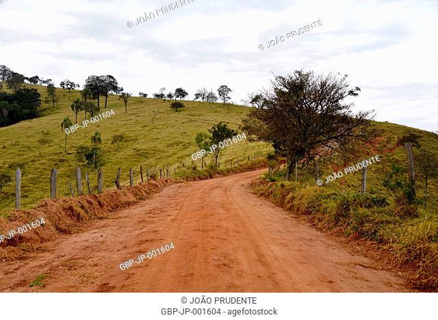 Estrada de terra na zona rural o município faz parte do roteiro religioso Caminho da Fé que liga as cidades de Águas da Prata a Aparecida, Estiva, Minas Gerais