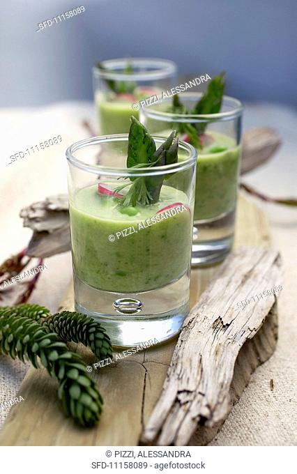 Mini smoothies with cucumber and green asparagus