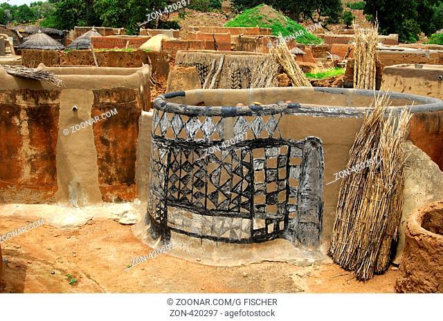 Das Gurunsi-Dorf Tiebele mit freskengeschmückten Häusern, Tiebele, Burkina Faso / The Gurunsi village Tiebélé with ornate houses, Tiebélé, Burkina Faso