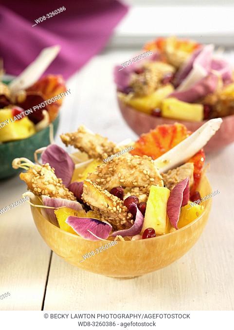 ensalada de pollo con piña, naranja, coco, sesamo, jengibre y soja