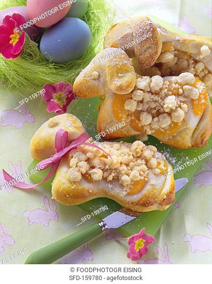 Easter lambs in yeast dough with apricots