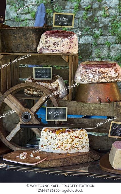 Nougat for sale on the weekly market in Menerbes, a small village on a hill between Avignon and Apt, in the Luberon, Provence-Alpes-Cote d Azur region in...
