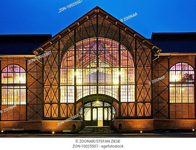 Beleuchtete Maschinenhalle in der Daemmerung, Zeche Zollern, Dortmund, Ruhrgebiet, Nordrhein-Westfalen, Deutschland, Europa